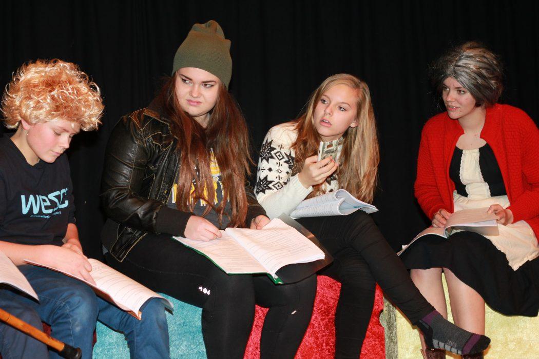 FAMILIE: Rolf (Olav Espeland Halsne), Line (Malin Fuglestein), Laila (Ane Steinsland) og tante Kari (Anna Solvang Vadla) er i full sving med å pugga manus. (Foto: Morten Hetland)