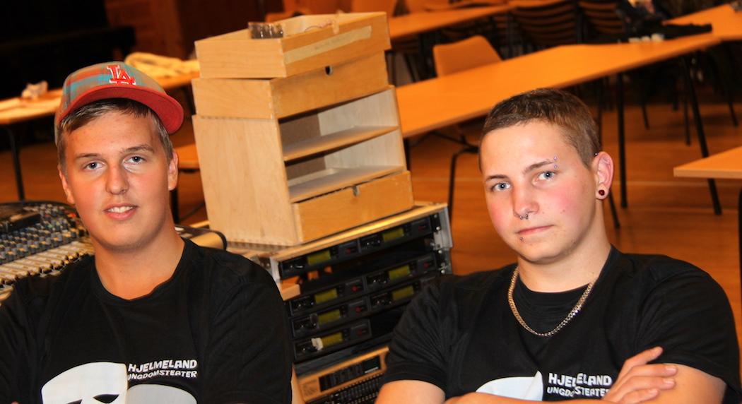 TEKNIKARAR: Eit kvart ungdomsteater med respekt for seg sjølv må ha ei fungerande teknikargruppe, her representert ved Thomas Hausken Nessa (t.v.) og Paul Kuhn (t.h.). (Foto: Ole Kristoffer Tufte)
