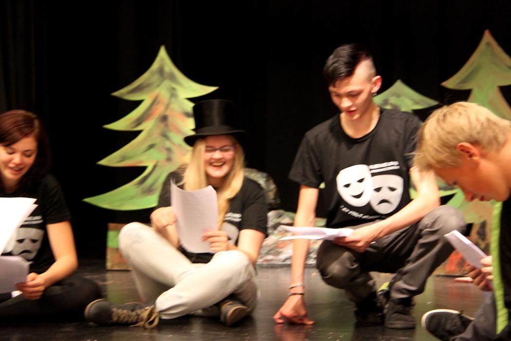 MYKJE MORO: Anna Solvang Vadla, Vilde Øvrehus Riveland, Jake E. Karlsen og Jonas Nessa ser ut til å trivast på scenen. (Foto: Ole Kristoffer Tufte)