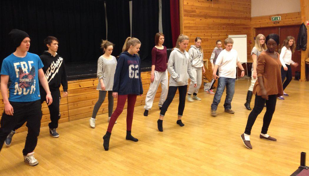 KOREOGRAFI: Penda Faal (t.h.) frå Rogaland Teater var blant kurshaldarane i helgas kurs for medlemmer i Hjelmeland Ungdomsteater. (Foto: Morten Hetland)