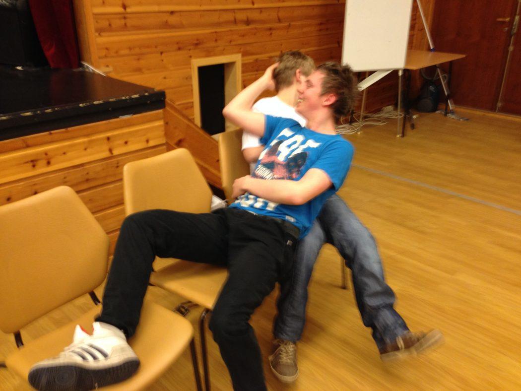 MÅL: Bjørn Stian Ueland (nærast) og Tarjei Sellevoll øver seg på å ha eit mål. Kva må til for å få den andre til å flytta seg frå «benken»? (Foto: Morten Hetland)