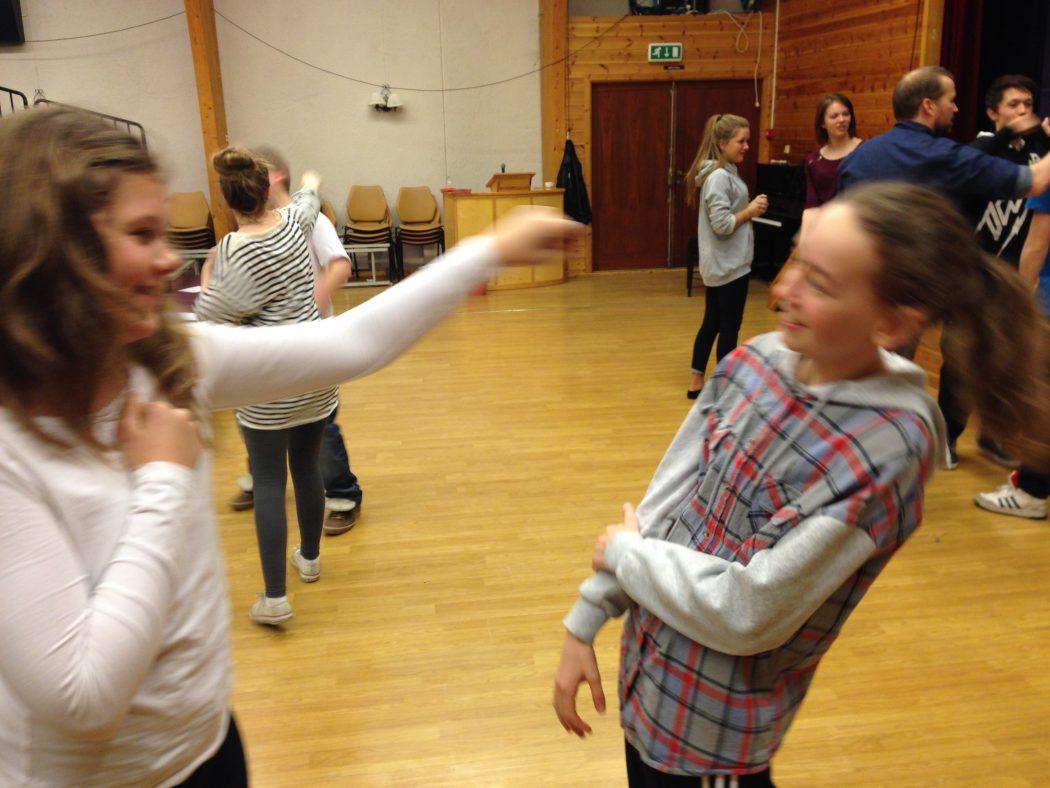 KAMP: Siri Rød og Ida Kvernstrøm øver på scenekamp. (Foto: Morten Hetland)